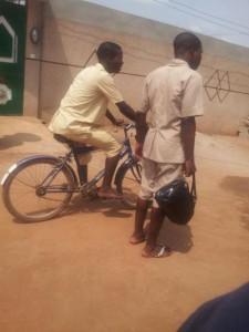 Elève allant à l'école à vélo, à Vakon, Porto Novo, Bénin