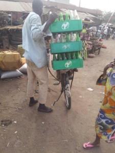 Un cycliste transportant plastiques de bouteilles vides au marché Ouando, Porto Novo, Bénin