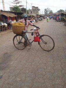 Un cycliste transportant un panier d'akassaau marché Ouando, Porto Novo, Bénin, Typique TAXIKANAN