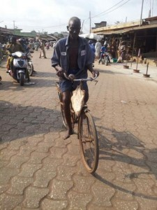 Uncycliste âgé dans les rues de Porto Novo, Bénin