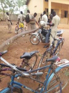 Vélo sur la cour du CEG Vakon, Porto Novo, Bénin