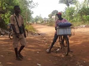 Vendeur de sucette sur vélo à Porto Novo, Bénin, 2