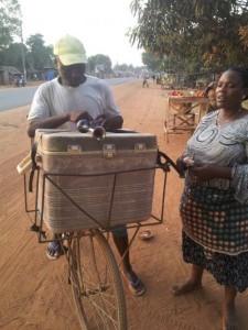 Vendeur de sucette utilisant son vélo comme moyen de transport et de vente ambulatoire