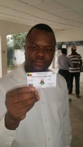 Un électeur vérifiant ses données sur sa carte d'électeur