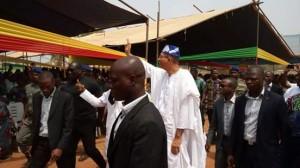 Le candidat Lionel Zinsou saluant la foule lors d'un déplacement politique