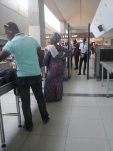 Contrôle des voyageurs à l'aéroport d'Abidjan