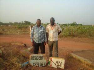 Cimetire Thomas Sankara. Mon ami et moi postant derrière ce qui reste des pierres tombales de Thomas