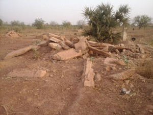 Bloc de pierre illustrant l`état actuel du cimetière Thomas sankara